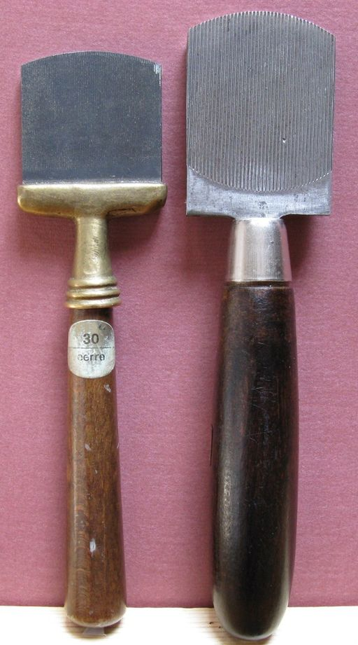 Fine-toothed (left) and coarse-toothed (right) mezzotint rockers. Photo by Toni Pecoraro [Public domain], via Wikimedia Commons